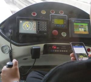 モノレールの運転士、Facebookを見る