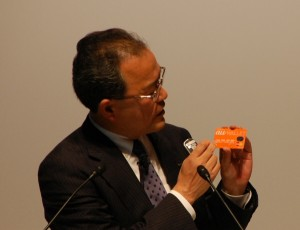 au WALLETカードの発表をするKDDI田中社長