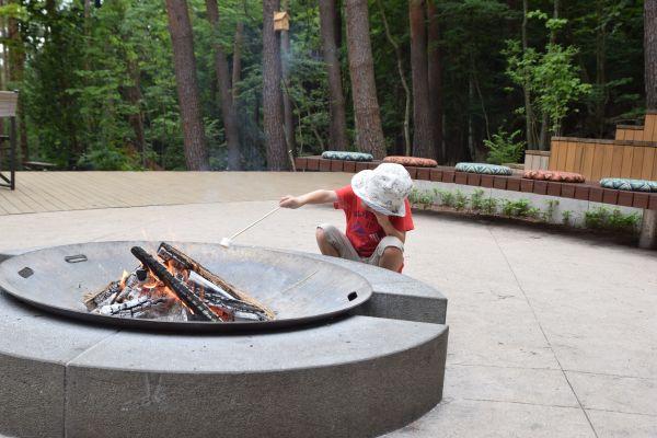 星のや富士の焚き火でマシュマロを焼く